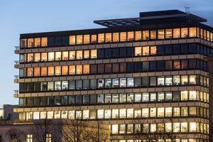 Bürogebäude mit verschiedenen Lichtern